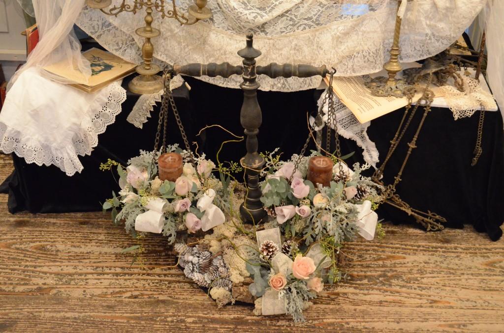 花材:バラ、雲竜柳、ダスティミラー、丸葉ユーカリなど