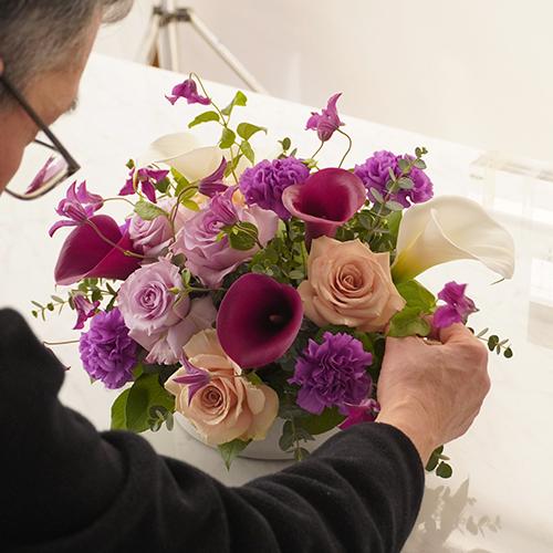 紫のトーンのアレンジメント
