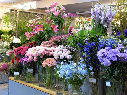 生花店で花を選ぶ