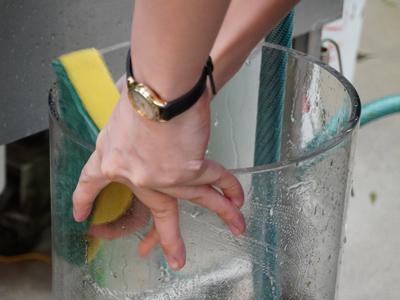 花瓶を洗っている画像