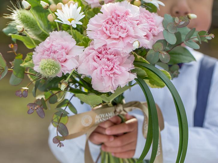 花束をプレゼントしている画像