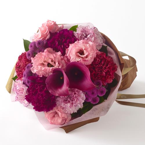 赤とピンクの色調の花束