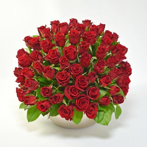 65本の赤バラのアレンジメントの画像