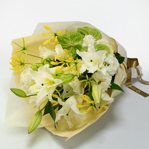 白ユリとトルコキキョウの花束の画像