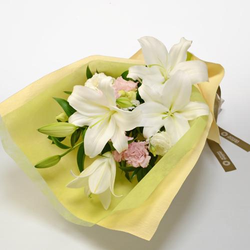 白ユリと淡いピンクのトルコキキョウの花束の画像
