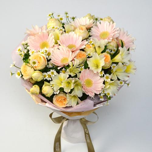 ペールトーンのガーベラとバラのランドスタイルの花束の画像
