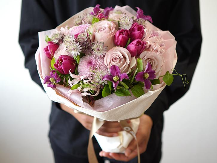 ピンクの花束をプレゼントしている画像