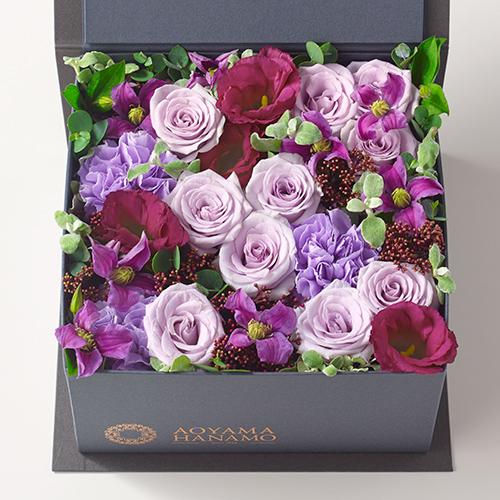 紫のバラやカーネーションのボックスアレンジメントの画像