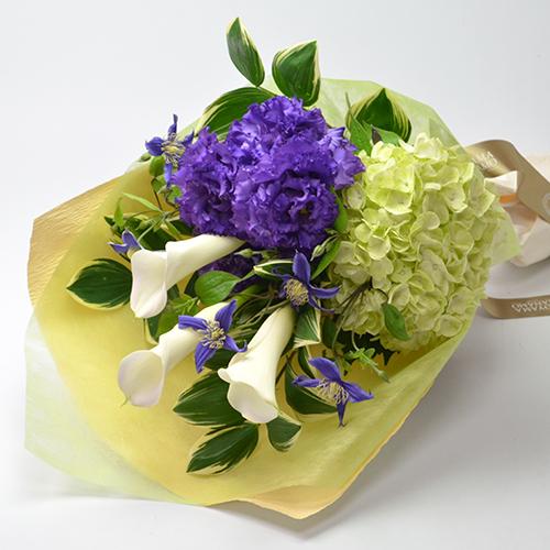 紫とグリーンの色調の花束の画像