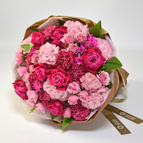 ピンク濃淡のバラやトルコキキョウ、カーネーションの花束の画像