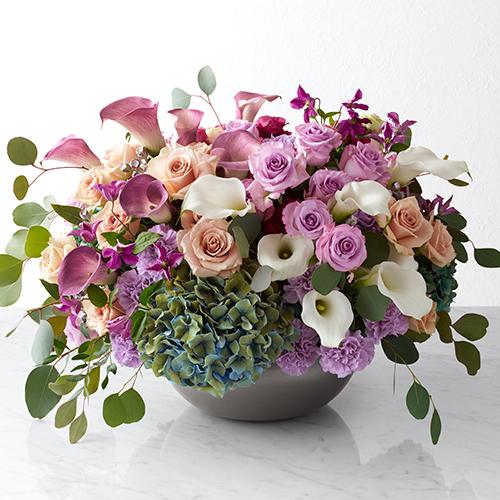紫のバラの大きなアレンジメントの画像