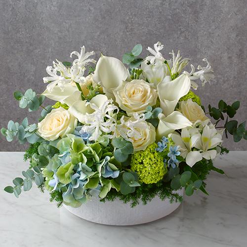 白いバラとカラーのアレンジメントの画像