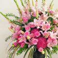 ピンクのスタンド花の画像