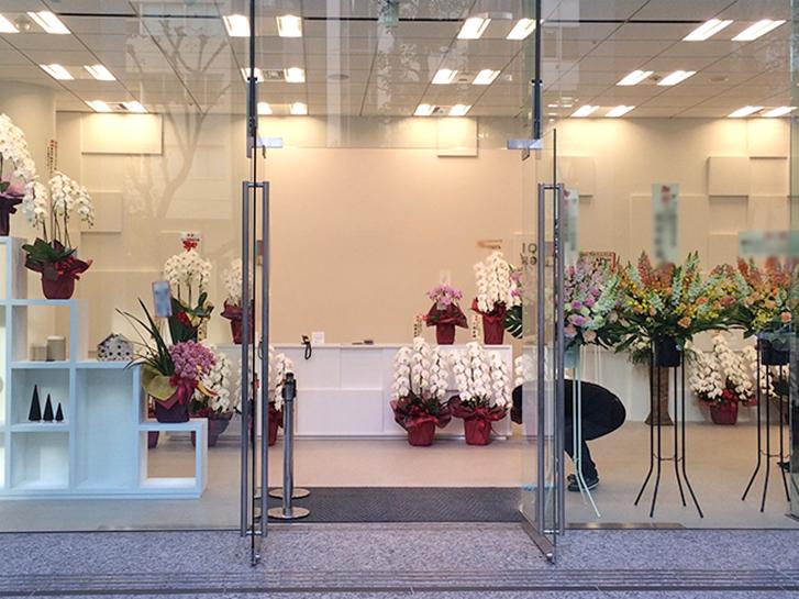 オープン記念に贈られる胡蝶蘭やスタンド花の写真