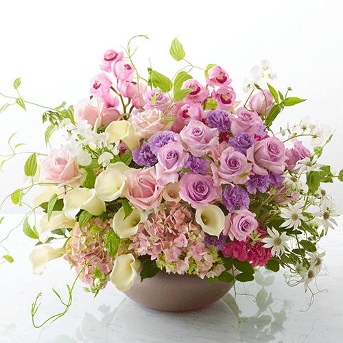 バラとカーネーションのフラワーアレンジメントの画像