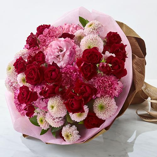ピンクの菊(マム)と赤いバラの花束