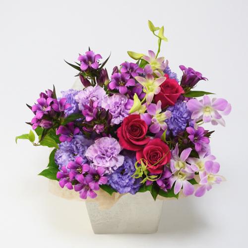 ピンクのリンドウと赤や紫の花々を使ったアレンジメント