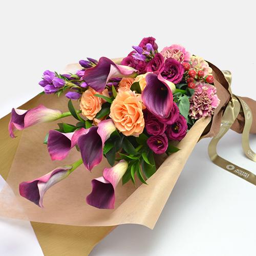 紫のリンドウやカラーを使った花束
